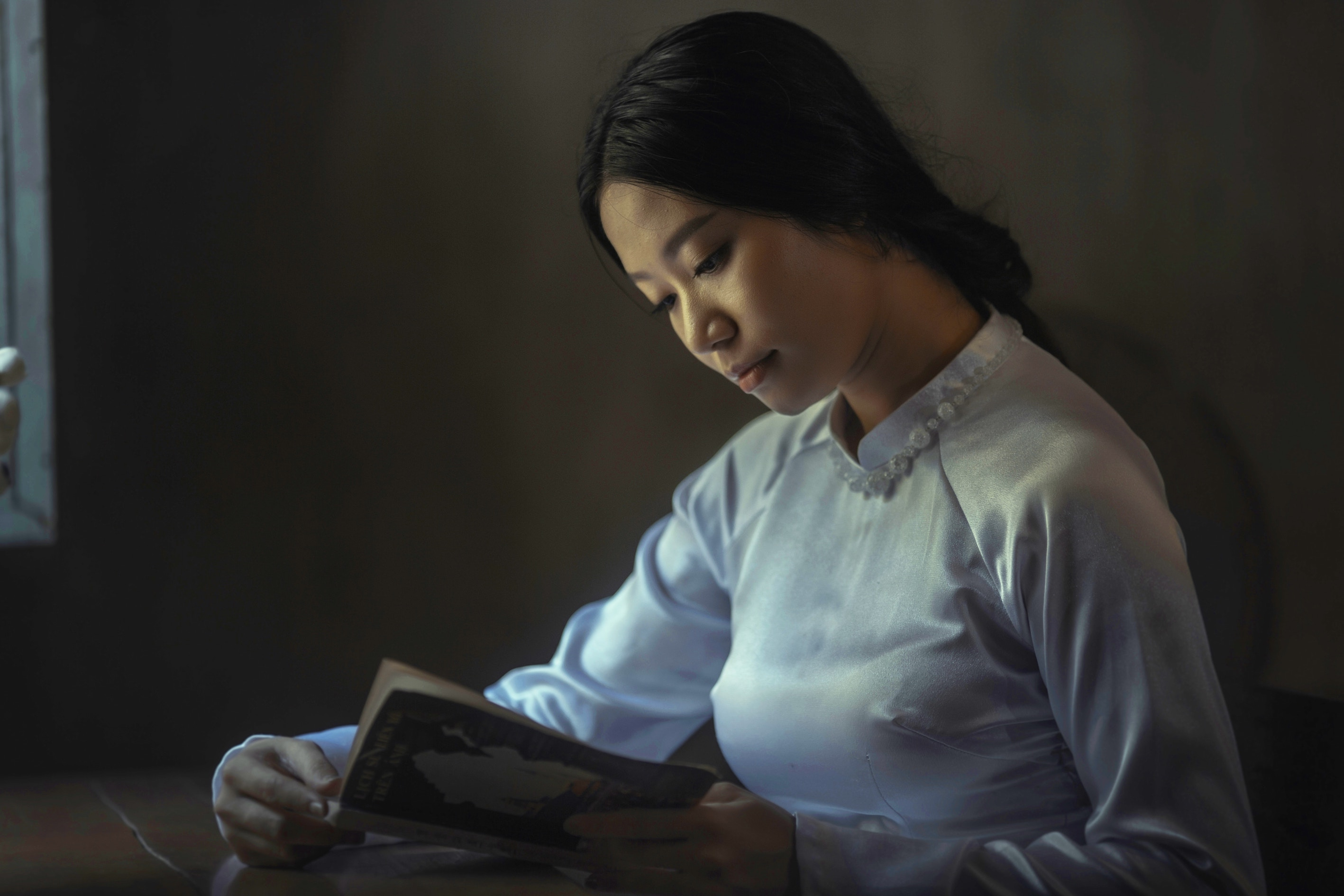 woman reading hisu lee